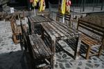 състарени маси и пейки